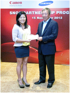 Mr Ng Ser Miang presenting the grant to Ms Lim Heem Wei (gymnastics).
